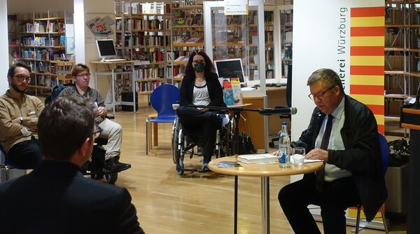 Bild:Unsere Vorlesenden: Es liest Volkmar Halbleib, hinten links Evi Gerhard