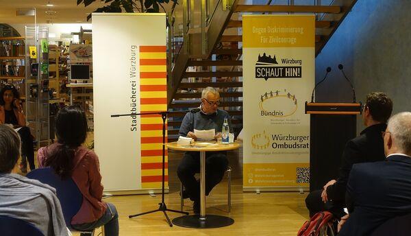 Bild:Unsere Vorlesenden: Johannes Priesemann in der Stadtbücherei